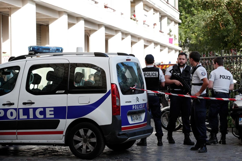 La policía francesa asegura la zona donde soldados franceses fueron heridos por un vehículo, en el este de París, en el suburbio de Levallois-Perret, el 9 de agosto.