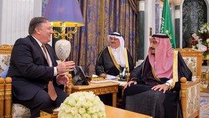El rey saudí,Salman bin Abdelaziz (derecha),conversa con el secretario de Estado de EEUU, MichaelPompeo, durante su reunión en Riad.