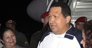 El president de Veneçuela, Hugo Chávez, al tornar de Cubaa laeroport Simon Bolívar, a Caracas, avui.