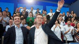 El líder del PP, Pablo Casado, con el presidente de la Xunta de Galicia, Alberto Núñez Feijóo, esta mañana en Vigo.