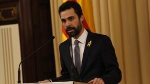 El presidente del Parlament, Roger Torrent, este lunes, anunciando la candidatura de Carles Puigdemont.