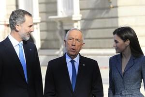 Los reyes Felipe y Letizia acompanados del presidente de Portugal, Marcelo Rebelo de Sousa, durante la recepcion en el Palacio Real.