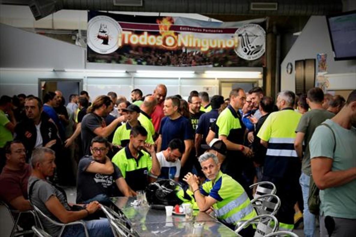 Un grupo de estibadores en huelga en el puerto de Barcelona.