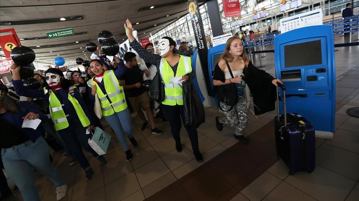 Protesta este viernes de trabajadores de la compañía aérea chilenaLATAM que están en huelga y que piden mejoras laborales.