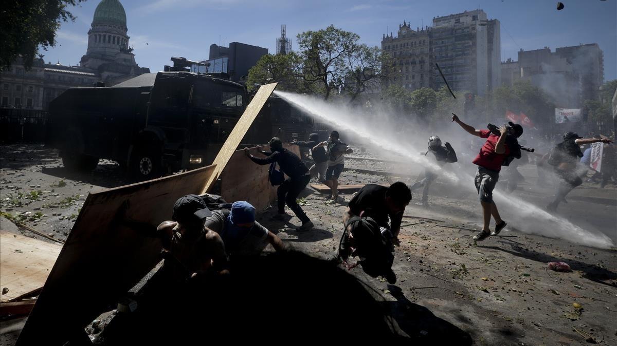 Disturbios en Argentina, frente al Congreso en Buenos Aires, por la reforma de las pensiones.