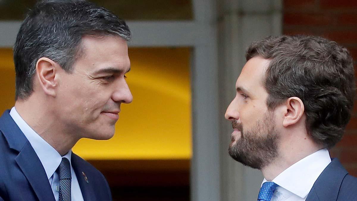 El PSOE amplía aun más su ventaja sobre el PP, según el CIS. En la foto, Pedro Sánchez y Pablo Casado, durante su encuentro el 17 de febrero pasado.