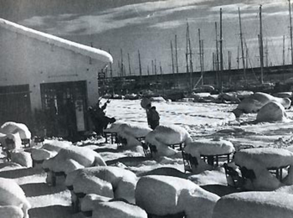 El temporal afectó a parte del litoral catalán. En el puerto de Arenys de Mar dejó esta preciosa estampa.
