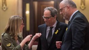Quim Torra conversa con Elsa Artadi y Eduard Pujol, este viernes en el Parlament