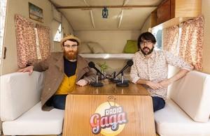 Manuel Burque y Quique Peinado, presentadores de Radio Gaga, programa del canal #0 de Movistar+, en su vieja caravana.