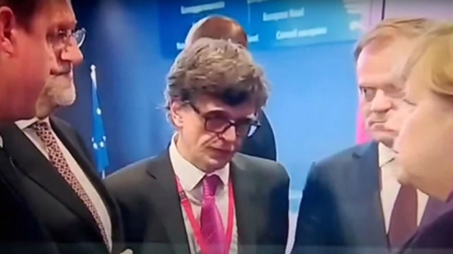 Momento en el que las cámaras recogen la conversación en la que Rajoy le cuenta a Merkel que Podemos quedará en segunda posición.