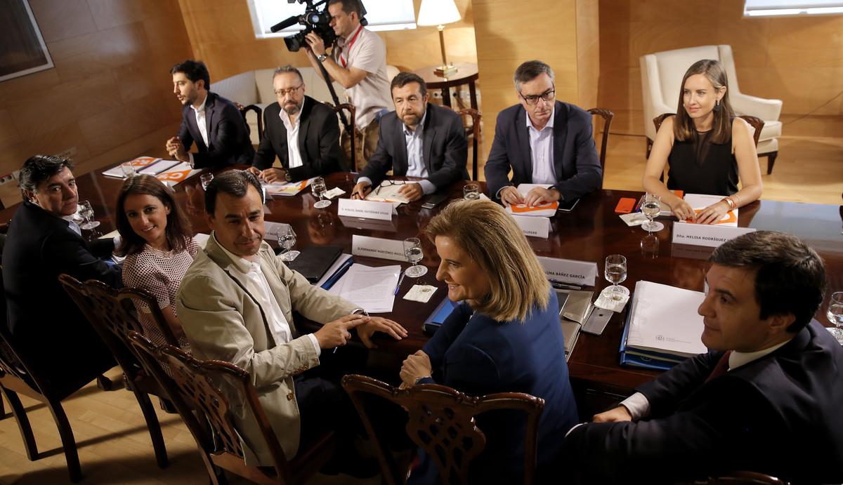 Imagen de la reunión de los equipos negociadores del Partido Popular y Ciudadanos en el Congreso de los Diputados.