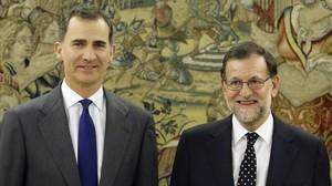 El Rey junto al presidente del Gobierno, Mariano Rajoy, a su llegada a la Zarzuela.
