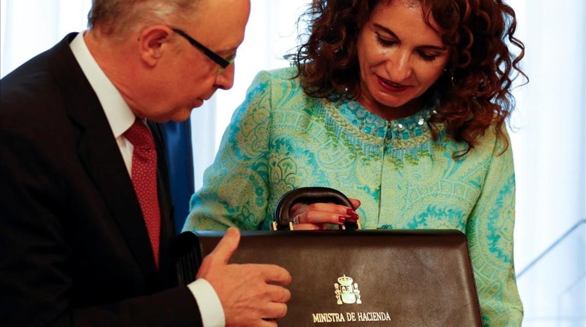 La nueva ministra de Hacienda, María Jesús Montero, recibe la cartera ministerial de manos de su antecesor en el cargo, Cristóbal Montoro.