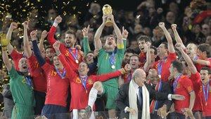 Casillas alza la Copa de campeones del mundo, el 11 de julio del 2010 en Johannesburgo.