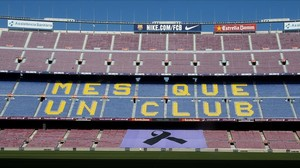 Un crespón negro en el Camp Nou en homenaje a Johan Cruyff.