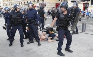 La policía francesa intenta frenar a un hooligan, el sábado en Marsella.