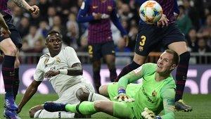 Ocasión fallida de Vinicius ante Ter Stegen, en el clásico de copa en el Bernabéu.