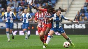 Paula protege un balón presionada por Tounkara, del Atlético.