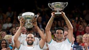 Farah, a la derecha, tras conquistar un título de dobles.