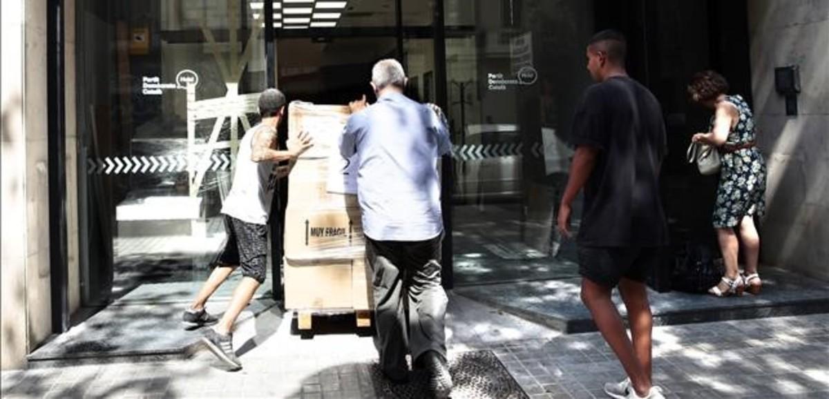 Operarios hacen el traslado a la sededelPartit Demòcrata Català.