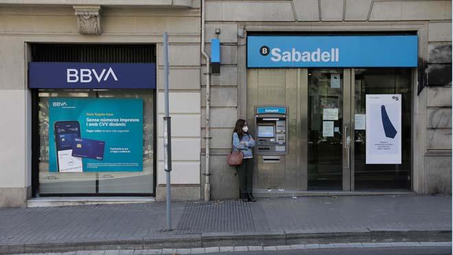 Sabadell y BBVA concluyen sus conversaciones de fusión sin acuerdo. En la foto, oficinas de los dos bancos en el paseo de Sant Joan de Barcelona.