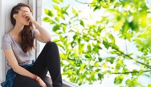 FOTO BAJADA DE 123RF EL 29 DE JUNIO DEL 2019. PARA ILUSTRAR EL ARTICULO 'VergÃ?enza y autoestima: cómo te impiden ser feliz'. people, emotion and teens concept - sad unhappy pretty teenage girl sitting on windowsill over summer tree brunch background. JOVEN, CHICA, ADOLESCENTE, PENSAR, PENSATIVA, TRISTEZA, DEPRESION, VERGUENZA, AUTOESTIMA, VENTANA. FOTO DE IEV DOLGACHOV / 123RF