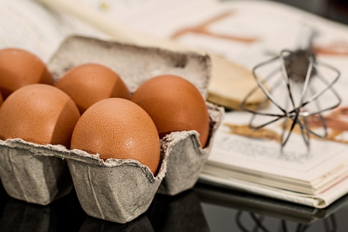 La salmonelosis puede estar presente en la cáscara de los huevos.