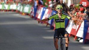 Mikel Iturria celebra el triunfo en Urdax, adonde el pelotón llegó a 18 minutos.