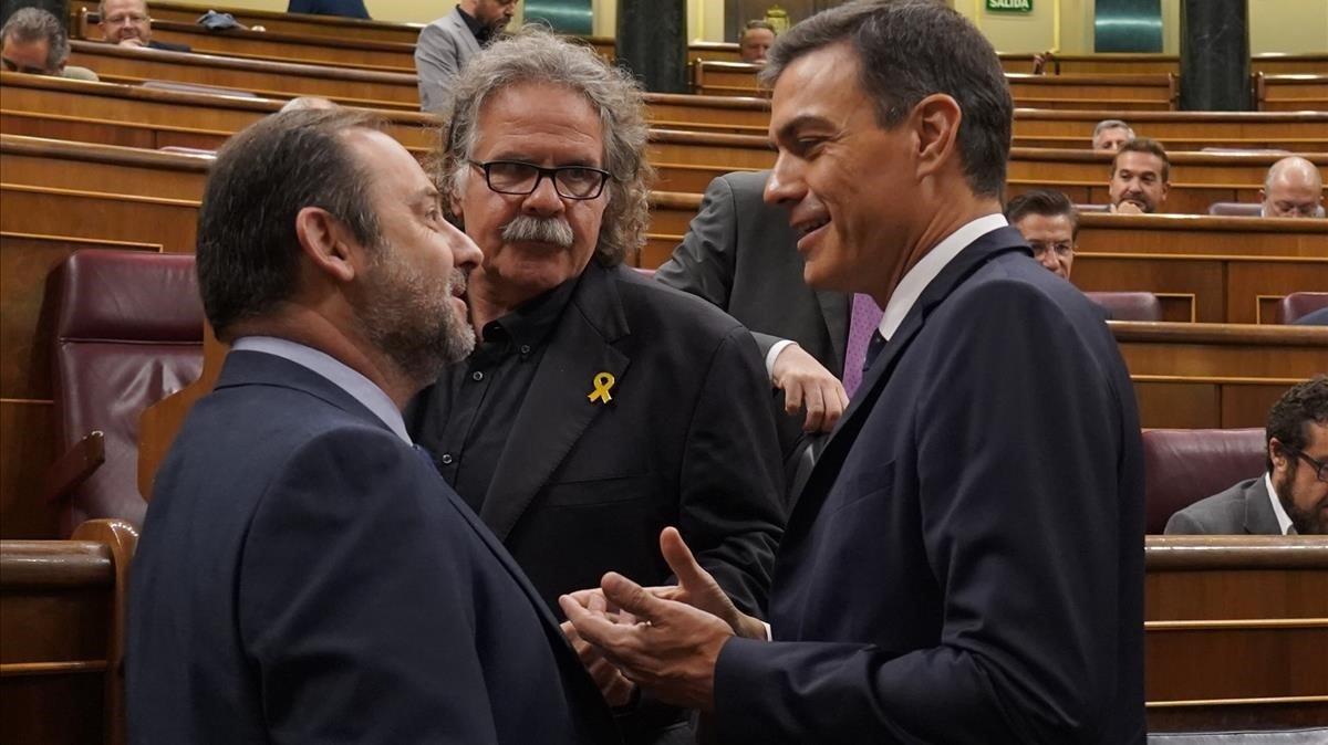 El presidente del Gobierno, Pedro Sánchez, junto al ministro de Fomento, José Luís Ábalos, y el portavoz de ERC, Joan Tardà, en el Congreso