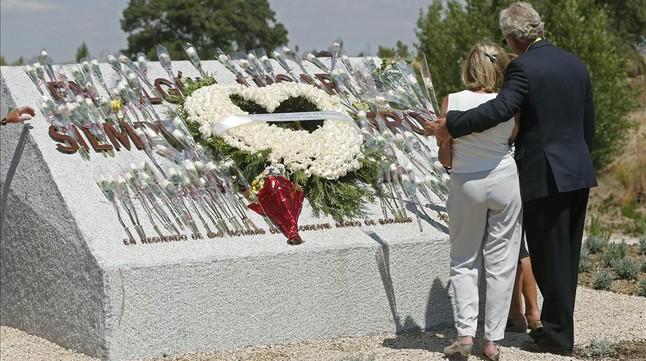 Familiares de las víctimas, ante el monolito de homenaje a las víctimas