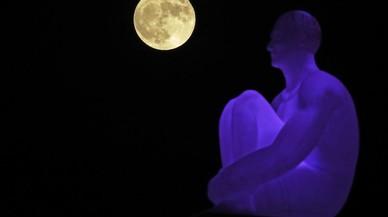 La superlunadetrás de una de las siete estatuas del artista español Jaume Plensa en la plaza de Massena en Niza, Francia.