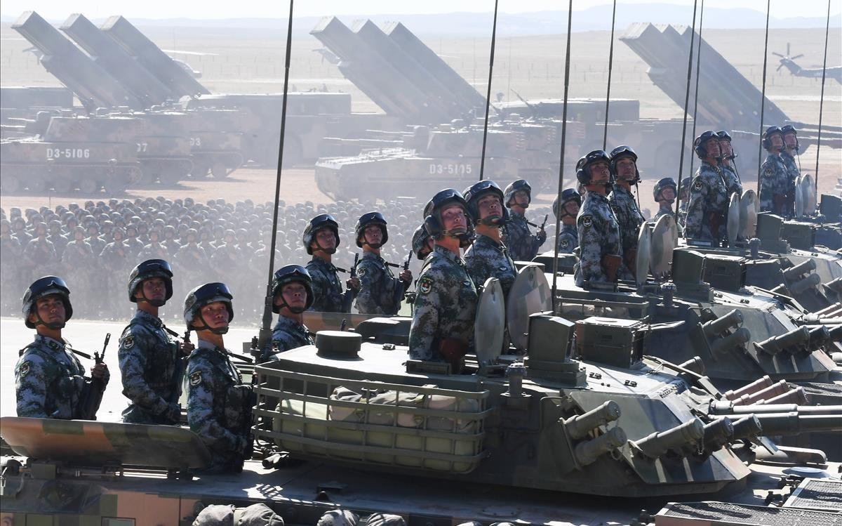Tanques chinos durante un desfile militar.