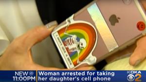 El teléfono requisado, en una captura del vídeo.
