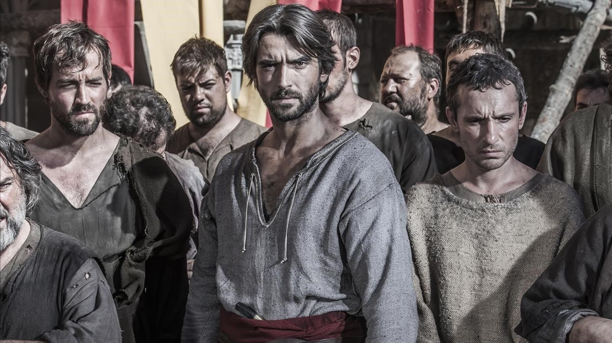 Imagen promocional dela serie de Antena 3 Lacatedral del mar, con el actor Aitor Luna (centro).