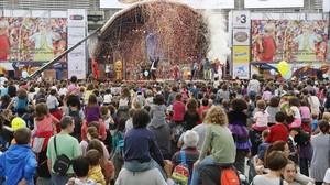 Un momento de la representación del multitudinario espectáculo Tots junts!, en la Festa dels Súpers.