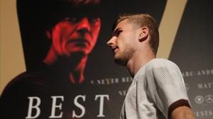 Timo Werner pasa por delante del póster con la imagen deJoachim Löw, el seleccionador,en la concentración de Alemania.