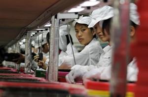 Trabajadoras en una cadena de montaje de una factoría de Foxconn en Longhua (sur de China).