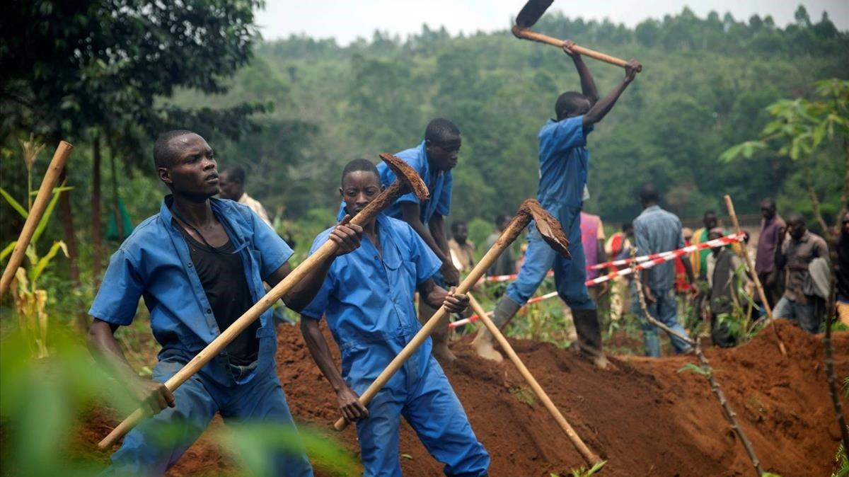 Trabajadores de la Comision de la Paz y la Reconciliacion de Burundi durante una de las excavaciones donde se han encontrado los cadaveres de miles de personas