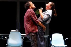 David Bagés y Mònica Glaenzel, en una escena de El tràmit.