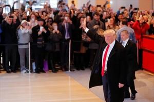 Trump saluda a su salida de la entrevista con 'The New York Times' .