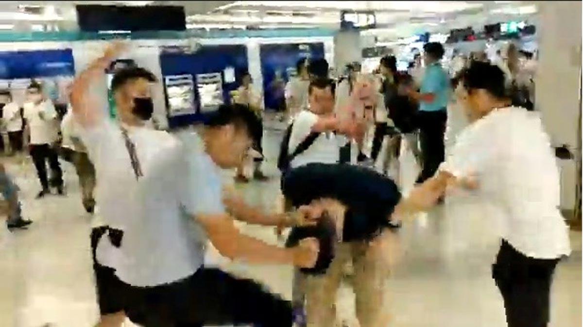Una banda armada ataca a manifestantes y causa 36 heridos en el metro de Hong Kong.
