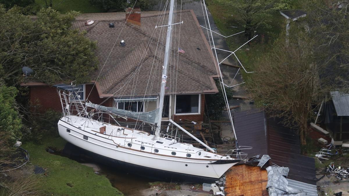 Una embarcación empotrada contra una casa a causa de los efectos del 'Florence' a su paso por New Bern, en Carolina del Norte.