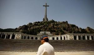 Una imatge del Valle de los Caídos, durant la visita dun ciutadà.