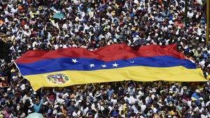 Una manifestación de los partidarios de Guaidó, la mayoría vestidos de blanco, en Caracas.