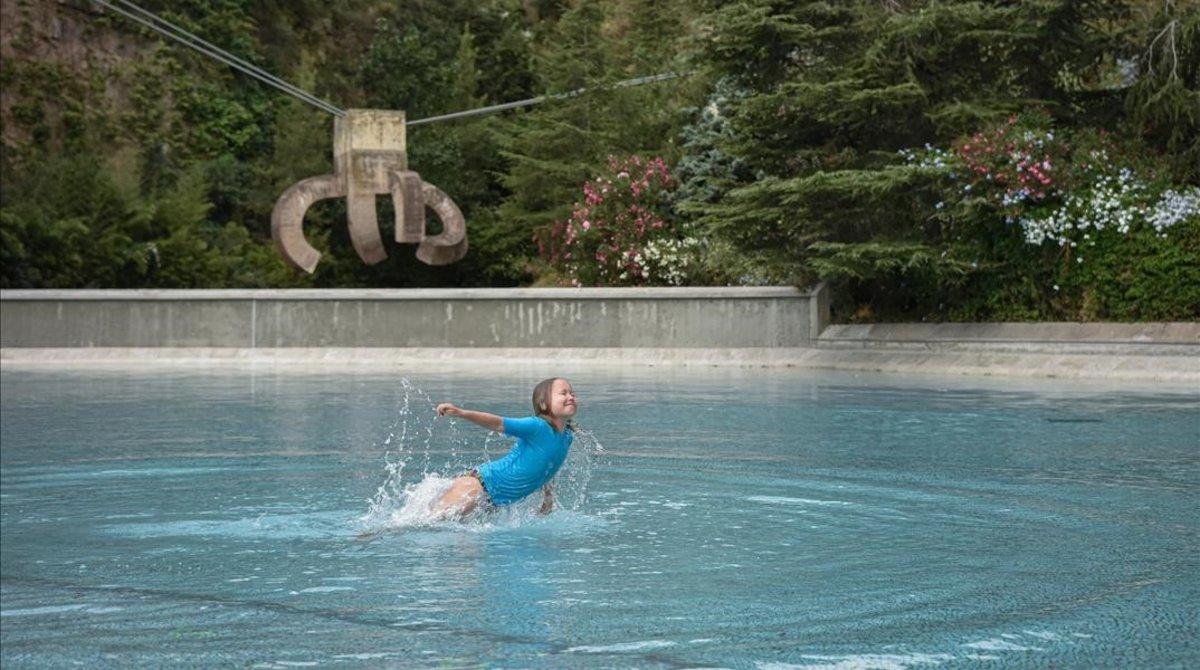 Una niña se refresca en el parc de la Creueta, en Barcelona.