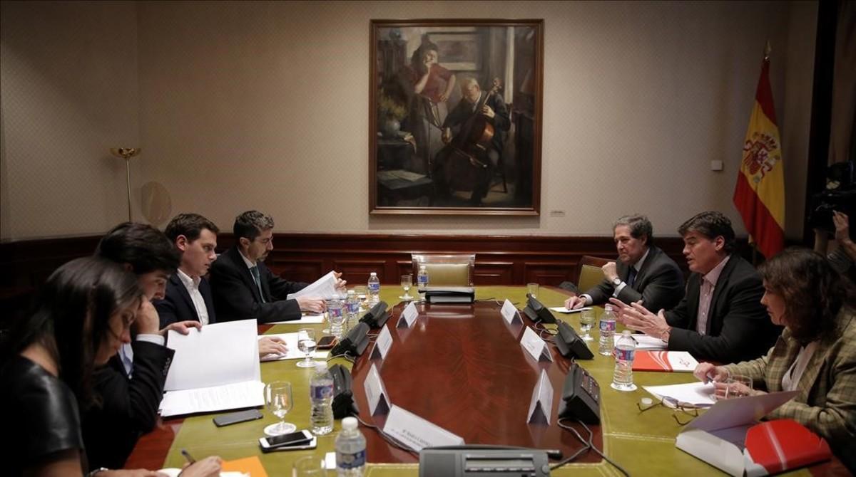 Miembros de la Plataforma contra la Morosidad, reunidos con Albert Rivera, presidente de Ciudadanos, en marzo del 2017.