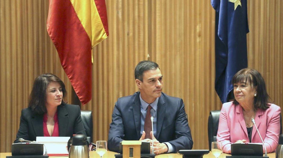 Pedro Sánchez, junto a Adriana Lastra y Cristina Narbona, este martes en el Congreso.