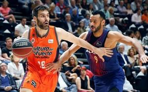 El valencianista San Emeterio intenta superar la defensa de Hanga