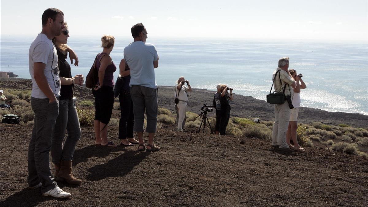 Varias personas, en una loma de la isla de El Hierro, en una imagen del 2011.