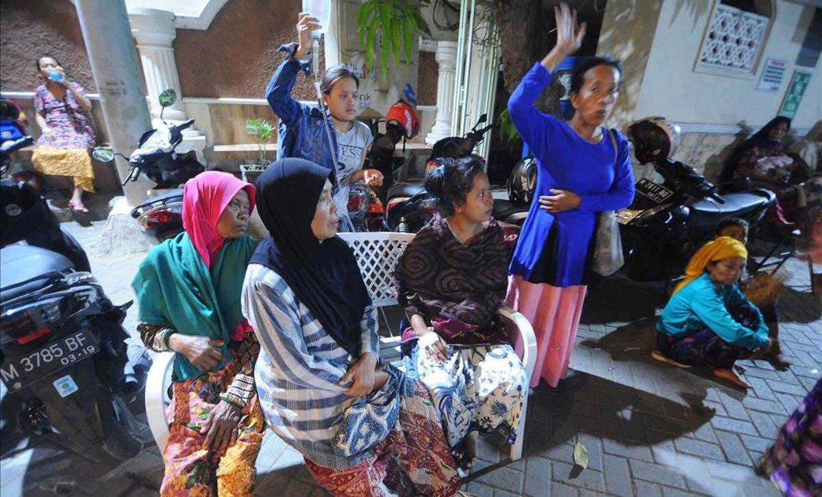 Varios pacientes esperan en el exterior de un hospitaltras un terremoto en Pamekasan, en la isla indonesia de Java.